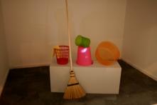 Obra de Egill Sæbjörnsson Kugeln 2008 single channel video projection, plastic buckets and baskets, mop, broom, pedestal. Galerie Anhava