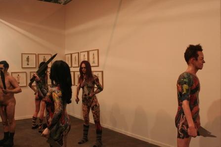 Un grupo de esculturas de Enrique Marty en la galería belga Deweer