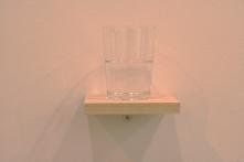 'Vaso de agua medio lleno', Wilfredo Prieto. Galería Nogueras Blanchard